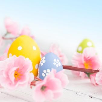 Uova di pasqua su un tavolo di legno blu