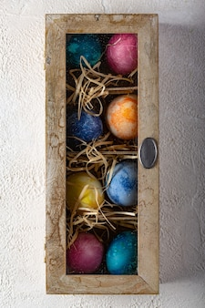 Uova di pasqua in una scatola con paglia.