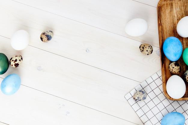 Uova di pasqua sui regali di tradizione di feste di vista superiore del fondo di legno della lavagna