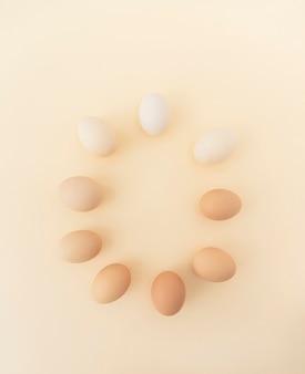 Uova di pasqua in cerchio sul beige