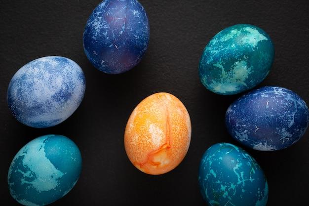Le uova di pasqua si chiudono su sfondo nero