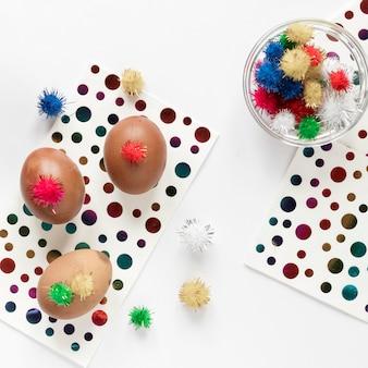 Uova di pasqua e punti colorati su carta
