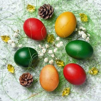 Uova di pasqua. uova di pasqua colorate con decorazioni.