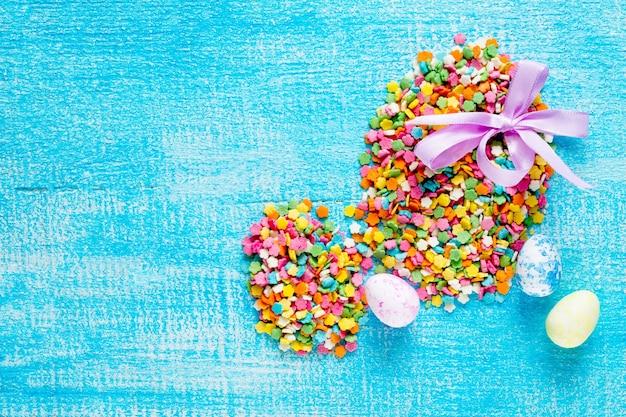 Composizione delle uova di pasqua della guarnizione dello zucchero della pasticceria e delle uova di quaglia.