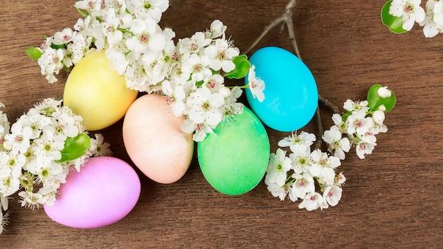 Uova di pasqua su una fioritura uova colorate fiori primaverili