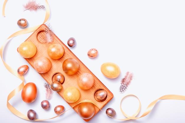 Uova di pasqua e nastro dorato