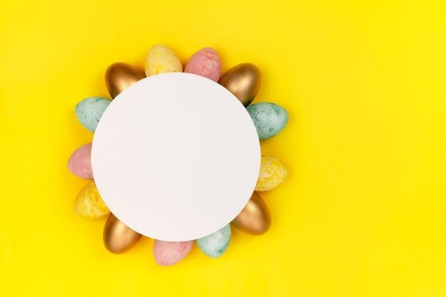 Uova di pasqua che fanno una cornice intorno a un copyspace.