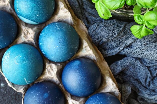 Uova di pasqua dipinte di blu trattare pasto rustico tavolo festivo