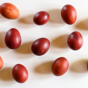 Uova di pasqua dipinte bucce di cipolla su uno sfondo bianco