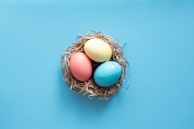 Uova di pasqua dipinte in colori pastello. concetto di pasqua