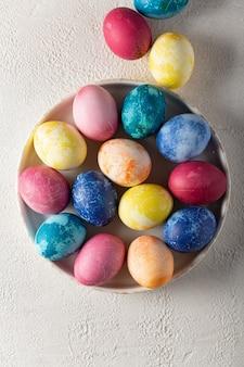 Uova di pasqua su un piatto da portata si chiudono