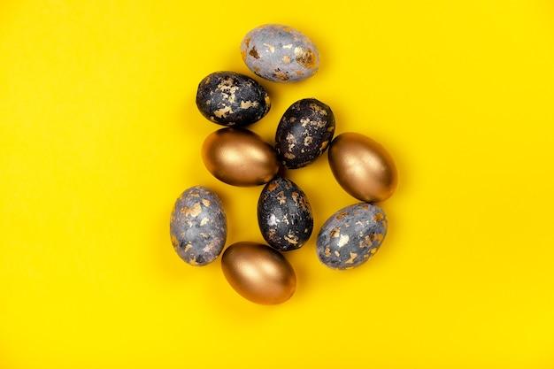 Uova di pasqua in un carrello del negozio. prepararsi al concetto di pasqua. concetto di acquisto di pasqua
