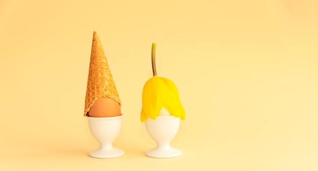 Uova di pasqua in stand stilizzate come un ragazzo e una ragazza.
