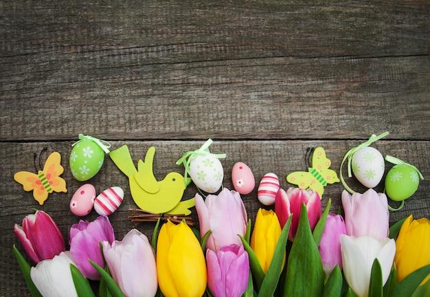 Uova di pasqua e tulipani