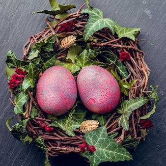 Uova di pasqua con decorazione. uova di pollo in un nido di uccelli.