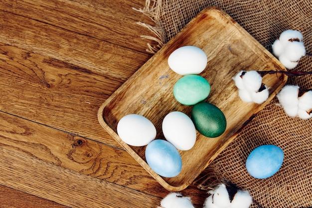Uova di pasqua in legno sfondo vacanza tradizione fiori verbena