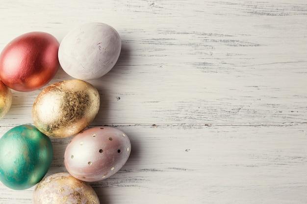 Uova di pasqua sulla tavola di legno. sfondo vacanza