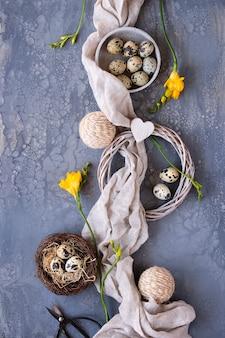 Piatto di pasqua giaceva con uova di quaglia, lino tessile, sfondo a forma di cuore