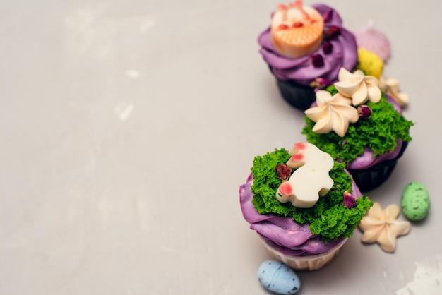 Concetto di cibo di pasqua. idea per i bambini. decorare i cupcakes del coniglietto pasquale con le meringhe