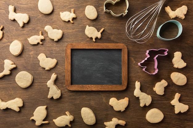 Biscotti di panpepato di pasqua. uova e conigli. vista dall'alto, con copia spazio.