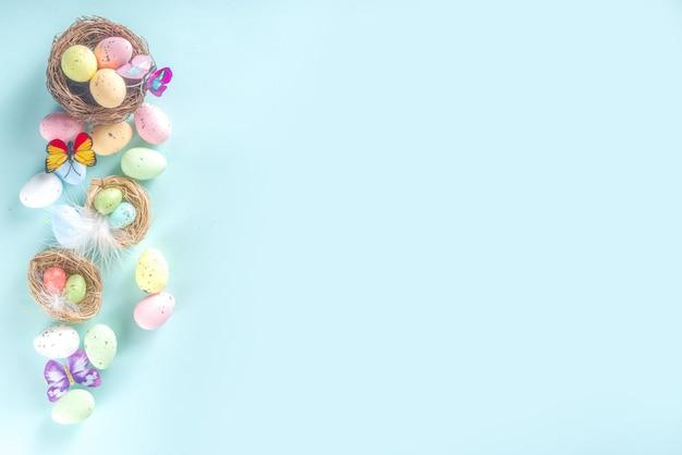 Fondo della cartolina d'auguri di pasqua con lo spazio della copia delle uova, dei fiori e delle farfalle
