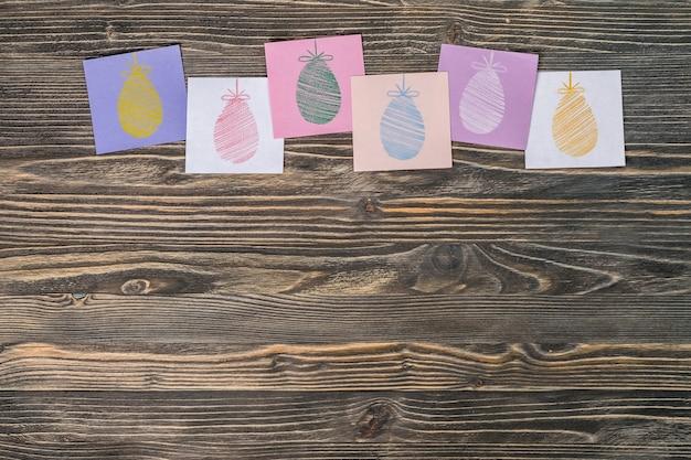 Fondo di festa di pasqua con le uova dipinte su carta