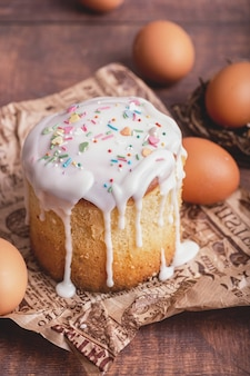 Concetto di vacanza di pasqua. torta di pasqua con le uova su fondo in legno
