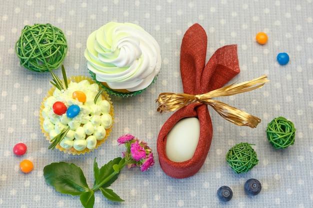 Tavolo da dessert vacanze di pasqua con cupcakes, uova e dolci.