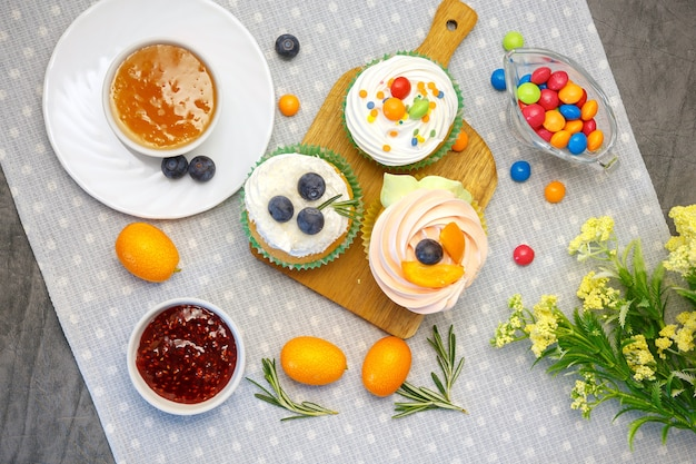Tavolo da dessert vacanze di pasqua con cupcakes, marmellata e dolci.