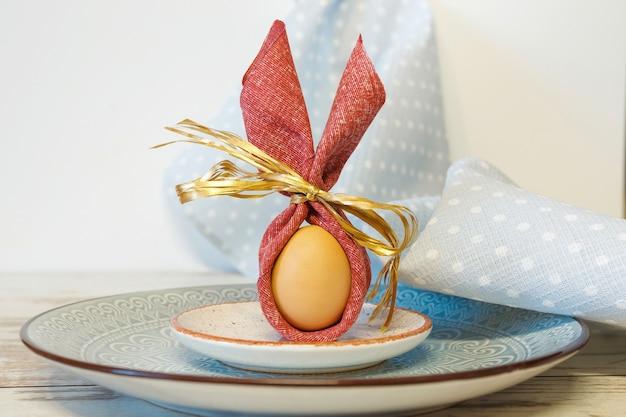 Uovo di festa di pasqua su un piatto con un ornamento