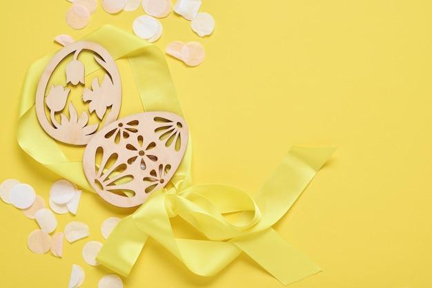 Pasqua uova di colore azzurro nel nido sulla tabella dei colori di tendenza giallo. composizione orizzontale creativa minima di pasqua con lo spazio della copia. vista dall'alto