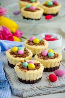 Mini cheesecake al brownie di pasqua con uova di cioccolato e caramelle