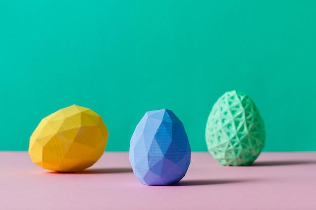Concetto di arredamento minimalista di pasqua. uova di pasqua geometriche su sfondo colorblock con uno spazio vuoto per il testo.