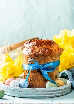 Pane dolce ortodosso pasquale, kulich e uova di quaglia colorate. vacanze colazione concetto con copia spazio