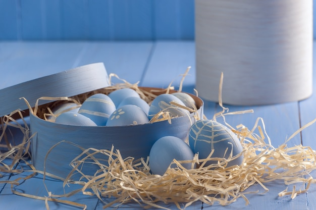 Uovo di pasqua dipinto sulla tavola rustica di legno, fondo di festa per la vostra decorazione. uova di decoupage su tavole colorate