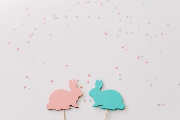 Conigli di pasqua decorazioni su sfondo bianco