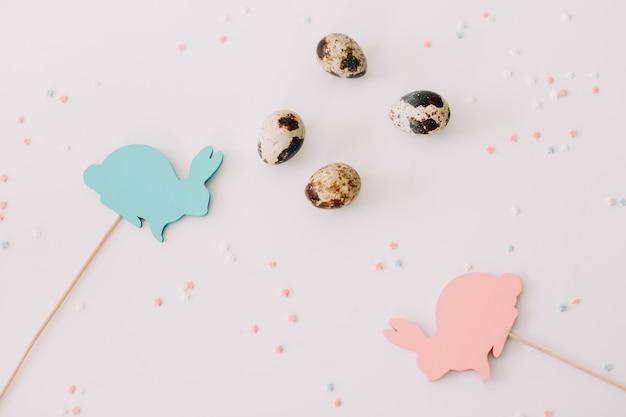Conigli di pasqua decorazioni e uova su sfondo bianco