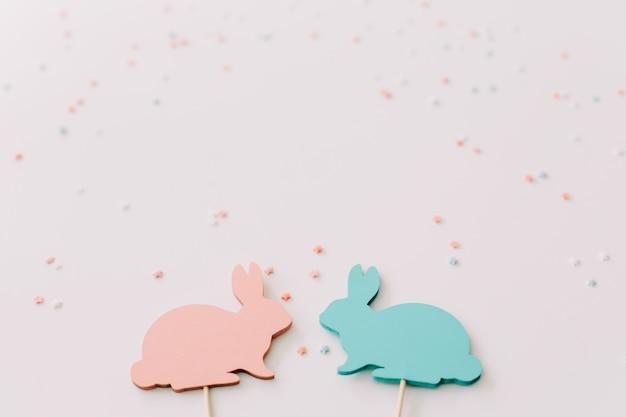 Conigli di pasqua su priorità bassa bianca