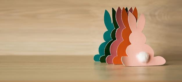 Conigli di pasqua su uno sfondo di legno.