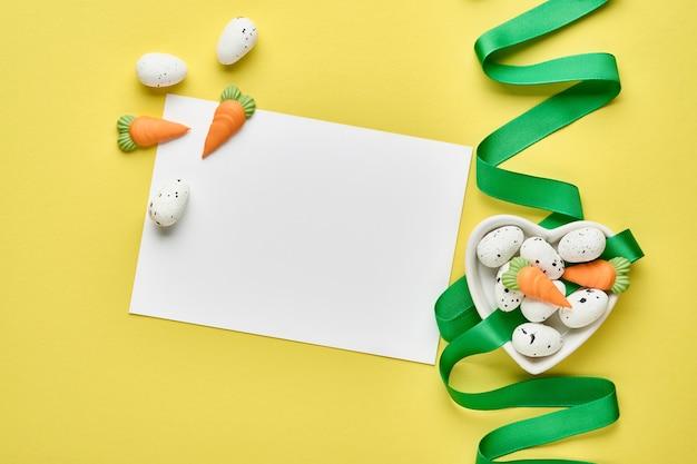 Biglietto di auguri di pasqua primavera con confezione regalo con nastro verde
