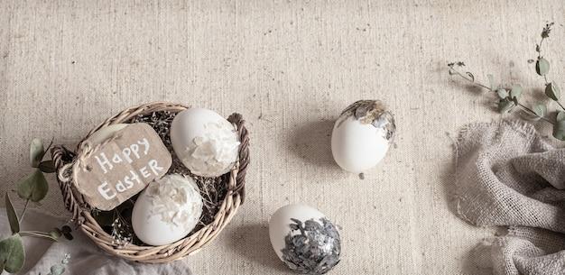 Pasqua ancora in vita con le uova in un cesto di vimini. felice pasqua concetto.