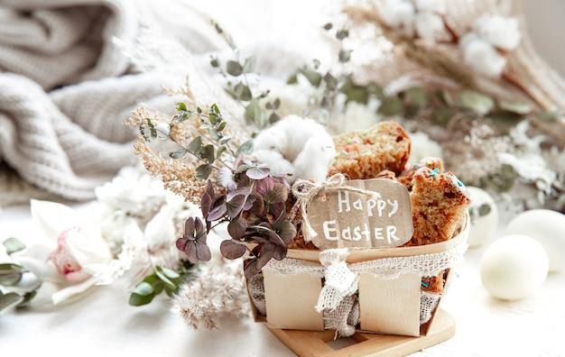 Pasqua ancora in vita con pezzi di cupcake festivo, uova e fiori su uno sfondo luminoso sfocato. concetto di vacanza di pasqua.