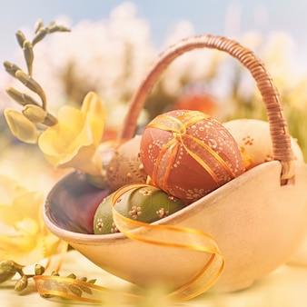 Pasqua con uova e fiori primaverili