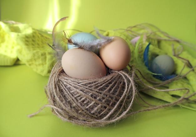 Tavola gialla di pasqua e uova colorate di pasqua