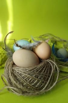 Tavola gialla di pasqua e uova colorate di pasqua Foto Premium