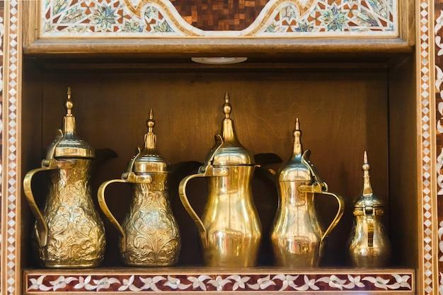 Le brocche orientali stanno su uno scaffale in un negozio arabo