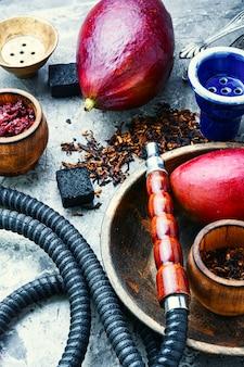 Narghilè fumante orientale