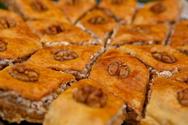 Dolci orientali - baklava da dessert, decorato con noci in cima, primo piano