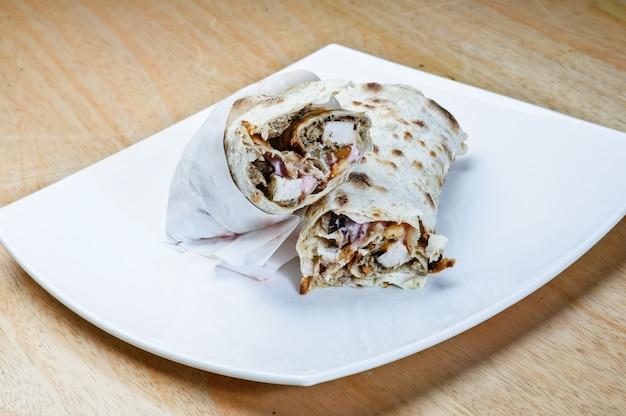 Piatto shawarma tradizionale orientale con salsa.