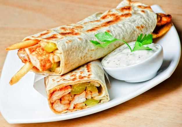 Piatto orientale tradizionale shawarma con salsa.